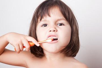 Girl cleans teeth