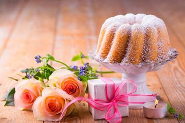 Kuchen, Blumen und Geschenk zum Muttertag