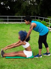Mulheres negras se alongando juntas