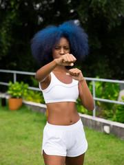 Mulher negra lutando ao ar livre