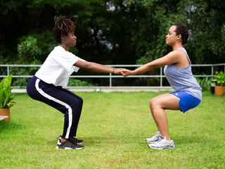 Mulheres se alongando juntas na ioga