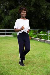 Mulher negra fazendo cooper ao ar livre