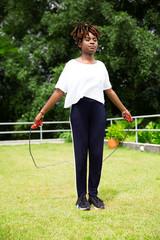 Mulher negra pulando corda