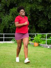 Mulher negra gorda correndo