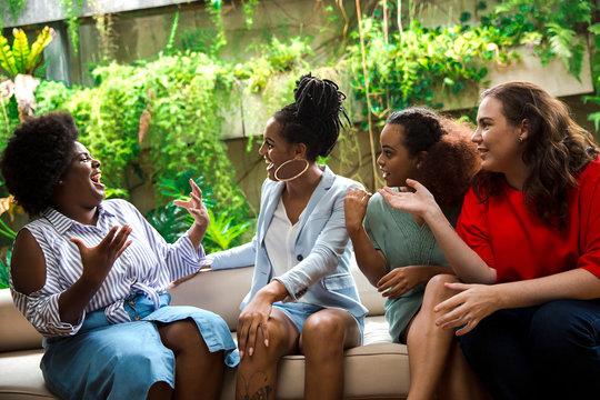 Mulheres conversando em papo animado