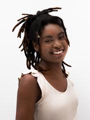 Jovem mulher negra sorrindo