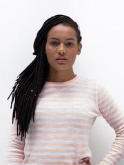 Retrato mulher com tranças no cabelo