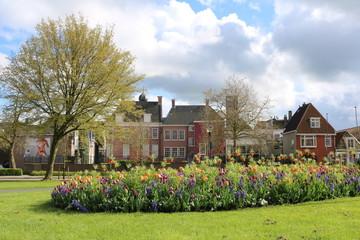 Foto auf Leinwand Blumenhändler Voorjaar in de historische binnenstad van Leeuwarden