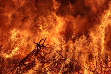 Osterfeuer mit Flammen und Rauch