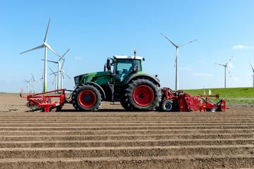Landtechnik - Traktor auf dem Acker beim Kartoffelanbau - 7099 Fotoväggar
