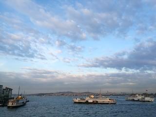 Fähren und Passagierschiffe in Istanbul Eminönü am Goldenen Horn in der Türkei