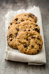 Türaufkleber Kekse Chocolate chip cookies on wooden table background