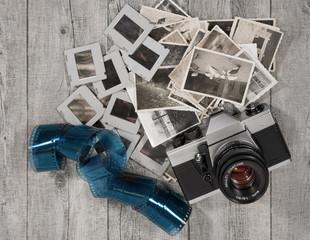 alter analoger fotoapparat mit bildern, filmrolle und dias