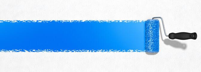 Blaue Farbe mit Farbroller auftragen