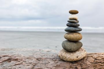 Stein Stapel am Strand Ausgleich hoch