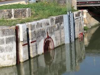 Charente-Maritime - Andilly - Ouvrage de croisement sur le canal du Curé, petit fleuve côtier