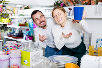 Couple of buyers choose ceramic dishes