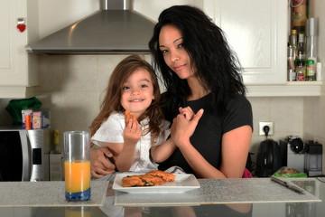 jeune mère et sa fille prenant leur petit déjeuner