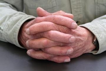 Ruhestand: Hände eines Seniors gefaltet