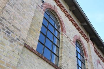 Historisches Gebäude mit alten Rundbogenfenstern