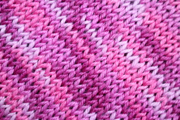 текстура вязаной ткани с полосатым рисунка , в сиреневых тонах