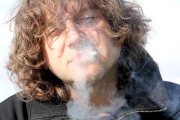 мужчина курит сигарету вредная привычка