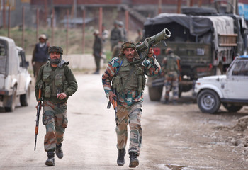 Indian army soldiers arrive at the site of a gunbattle with suspected militants in Chadoora, on the outskirts of Srinagar