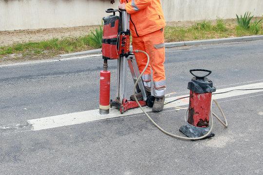 Carotteuse à eau en action sur une voie départementale