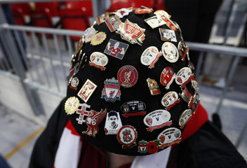 Liverpool wears a hat with badges before the game