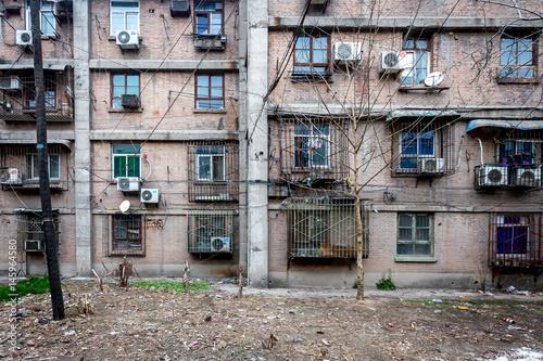 La fa ade d 39 un vieille immeuble avec des climatisations for Mettre des barreaux aux fenetres