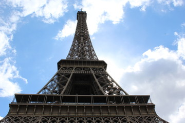 Tuinposter Aan het plafond Eiffel Tower with blue sky and clouds