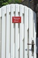 Zeichen: Warnung vor dem Hund ! an Gartentor