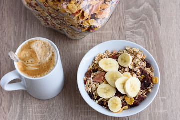 Frühstückstisch mit Kaffee und Müsli