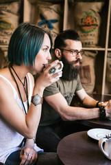 Couple de jeunes hipster assis dans un bar