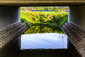 Kanał płynący pod mostem