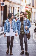 Couple de jeune hipster marchant dans la rue