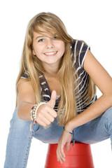 Jeune fille montrant OK isolé sur fond blanc