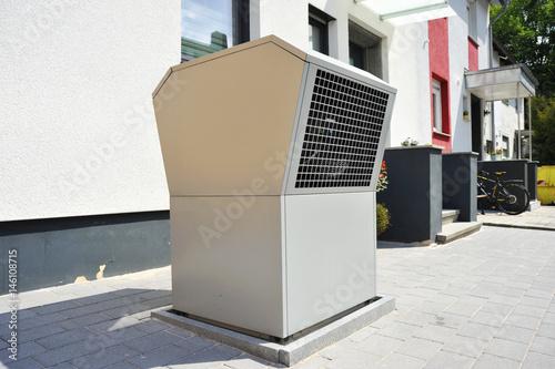 luftw rmepumpe f r heizung und warmwasser vor einem niedrigenergiehaus stockfotos und. Black Bedroom Furniture Sets. Home Design Ideas