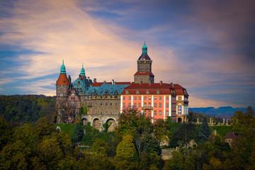 Zabytkowy zamek na wzgórzu.