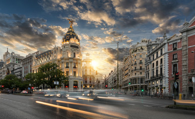 Foto op Plexiglas Madrid Die Einkaufsstraße Gran Via in Madrid, Spanien, bei Sonnenuntergang