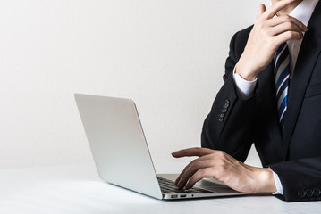 ノートパソコンとビジネスマン ボディーパーツ