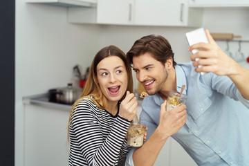 paar macht ein selfie beim gesunden frühstück