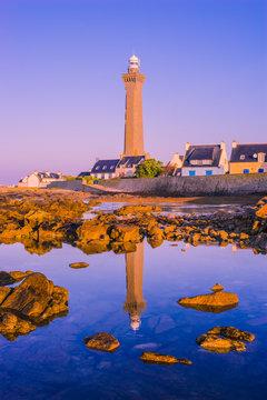 Le Phare d'Eckmühl dans la première lumière du jour avec son reflet dans l´océan - The lighthouse of Eckmühl in the first light of the day with his reflection in the ocean