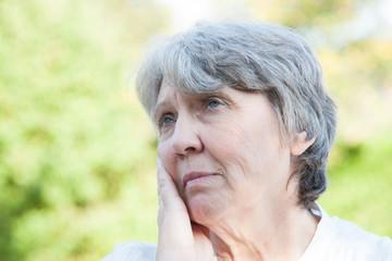 Portrait einer besorgten Seniorin
