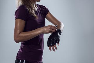 Frau zieht sich Boxhandschuhe an