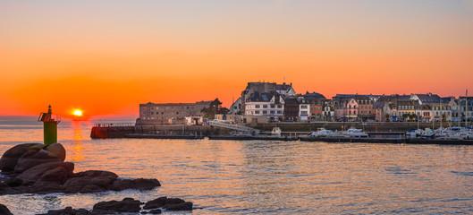 Coucher de soleil sur Concarneau en Bretagne avec la port de plaisance - Sunset on Concarneau in...