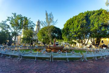 Fototapete - Plaza in Valladolid, Mexico