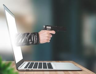 Mano con pistola esce dal monitor, minaccia