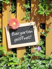 Holztafel Biergarten geöffnet