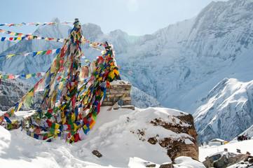 Photo sur Aluminium Népal Annapurna Base Camp i buddyjskie flagi modlitewne